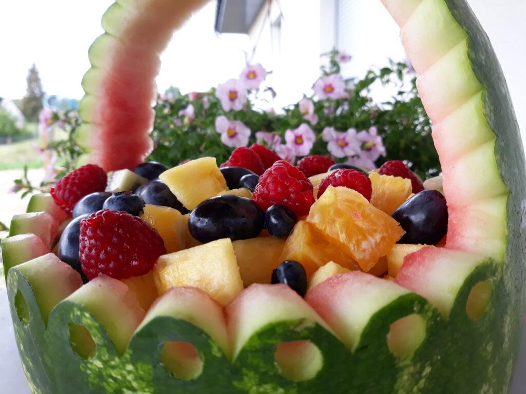 kosz owocowy z arbuza, fruit carving na komunię