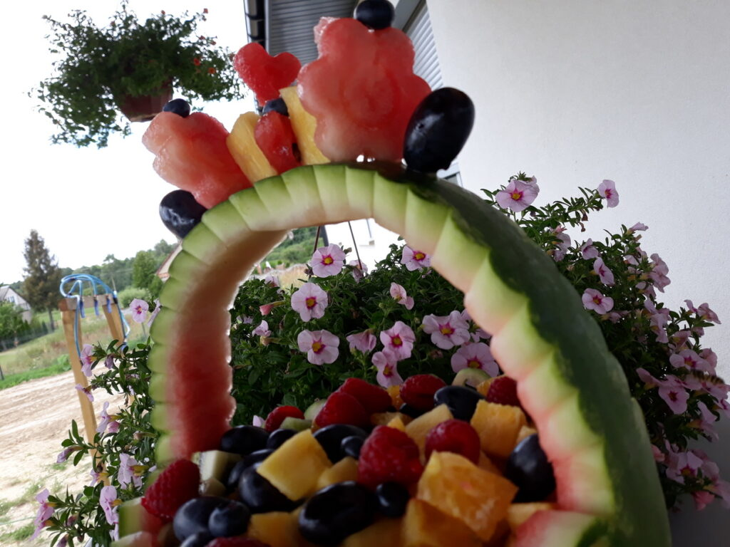 kosz owocowy z arbuza, fruit carving na komunię Skansen Bicz