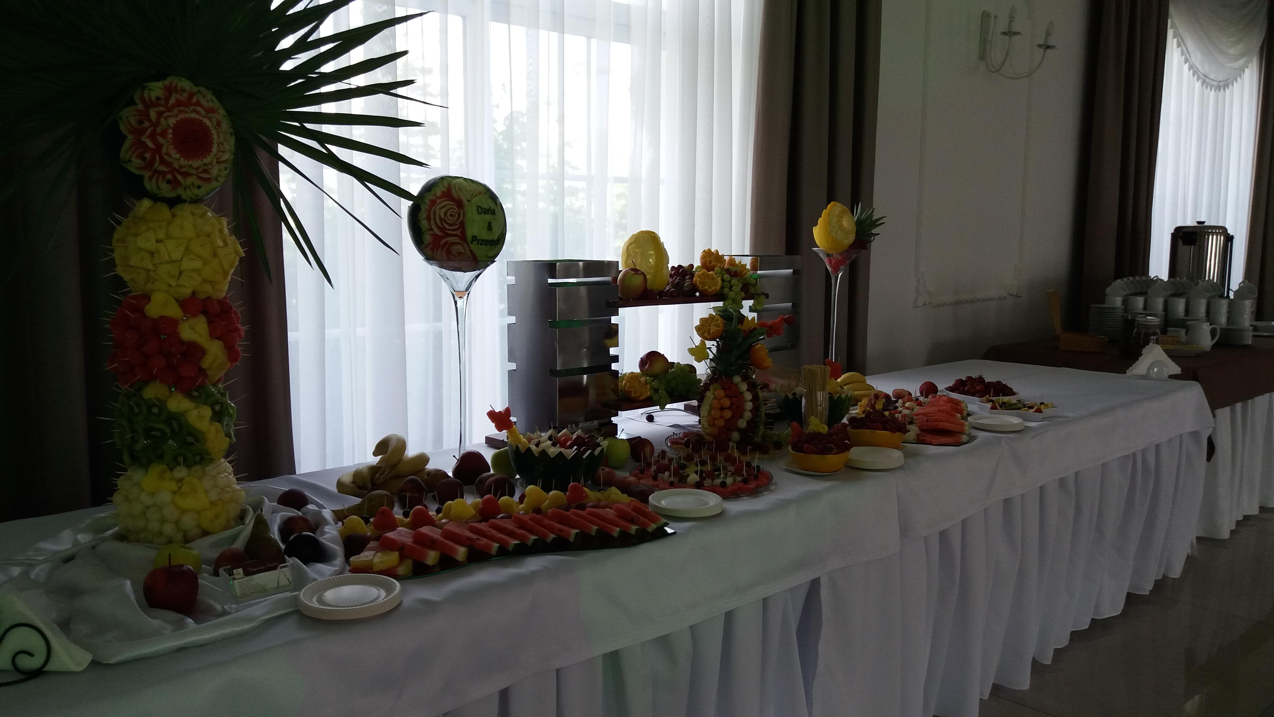 bufet owocowy Zajazd Staropolski, stół z owocami, dekoracje owocowe, owoce na wesele, fruit carving, fruits art, food art,