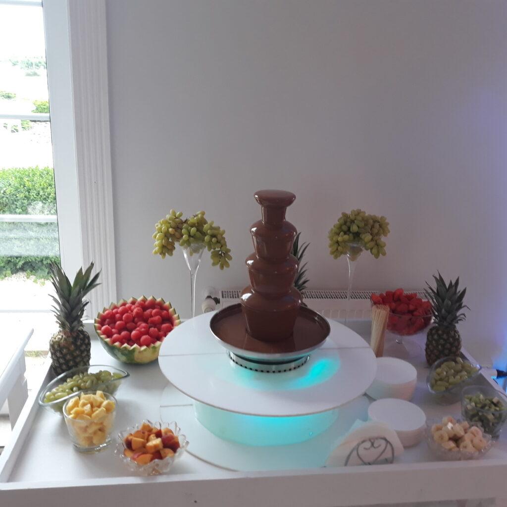 fondue czekoladowe, fontanna z czekolady, fontanna alkoholowa Carny Tulipan Koszalin, owoce na wesele, fontanna czekoladowa,