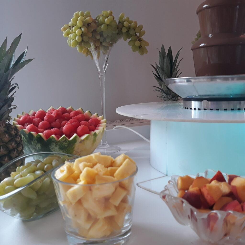 fontanna z czekolady, fontanna z czekoladą, fontanna alkoholowa Carny Tulipan Koszalin, owoce na wesele, fontanna czekoladowa,
