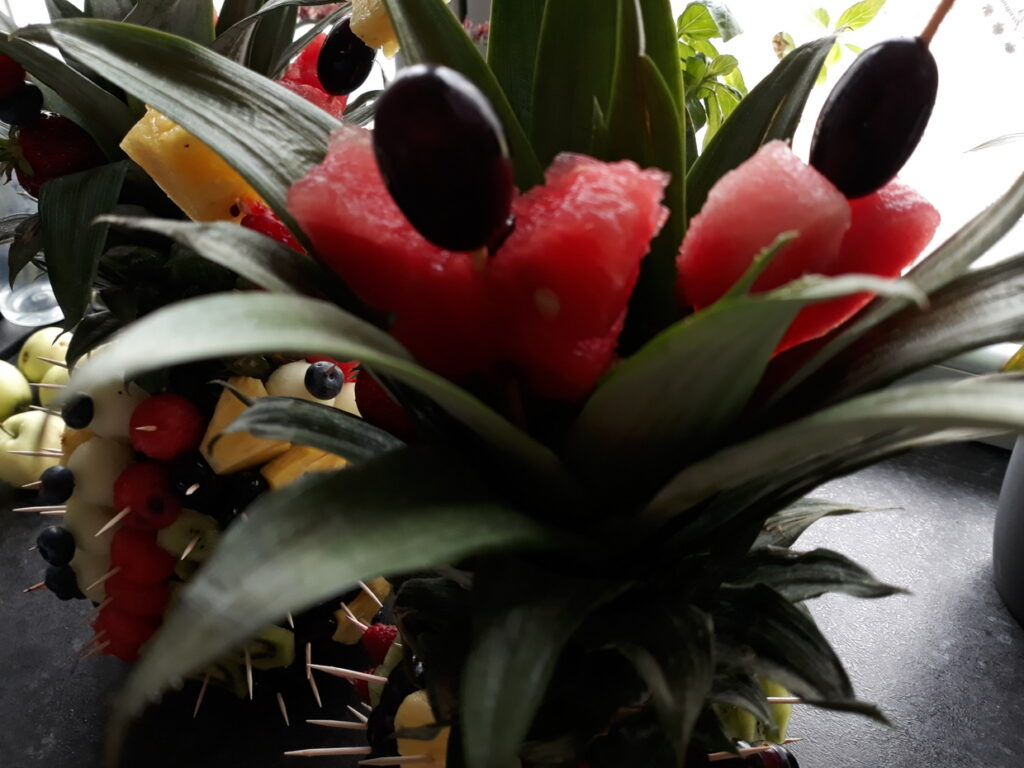 owoce na impreze, dekoracje owocowe, owocowy ananas, fruit carving, food art,