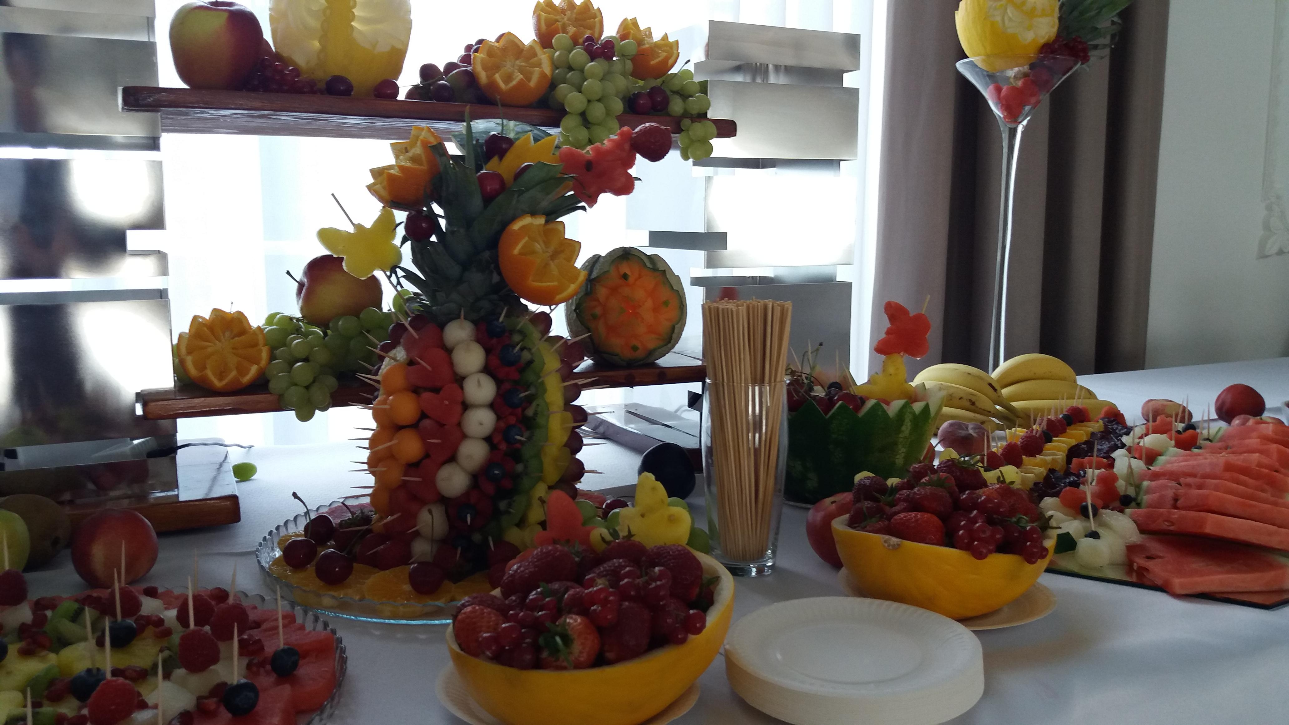 owoce na wesele, bufet owocowy Zajazd Staropolski, stół z owocami, dekoracje owocowe, fruit carving, fruits art, food art,
