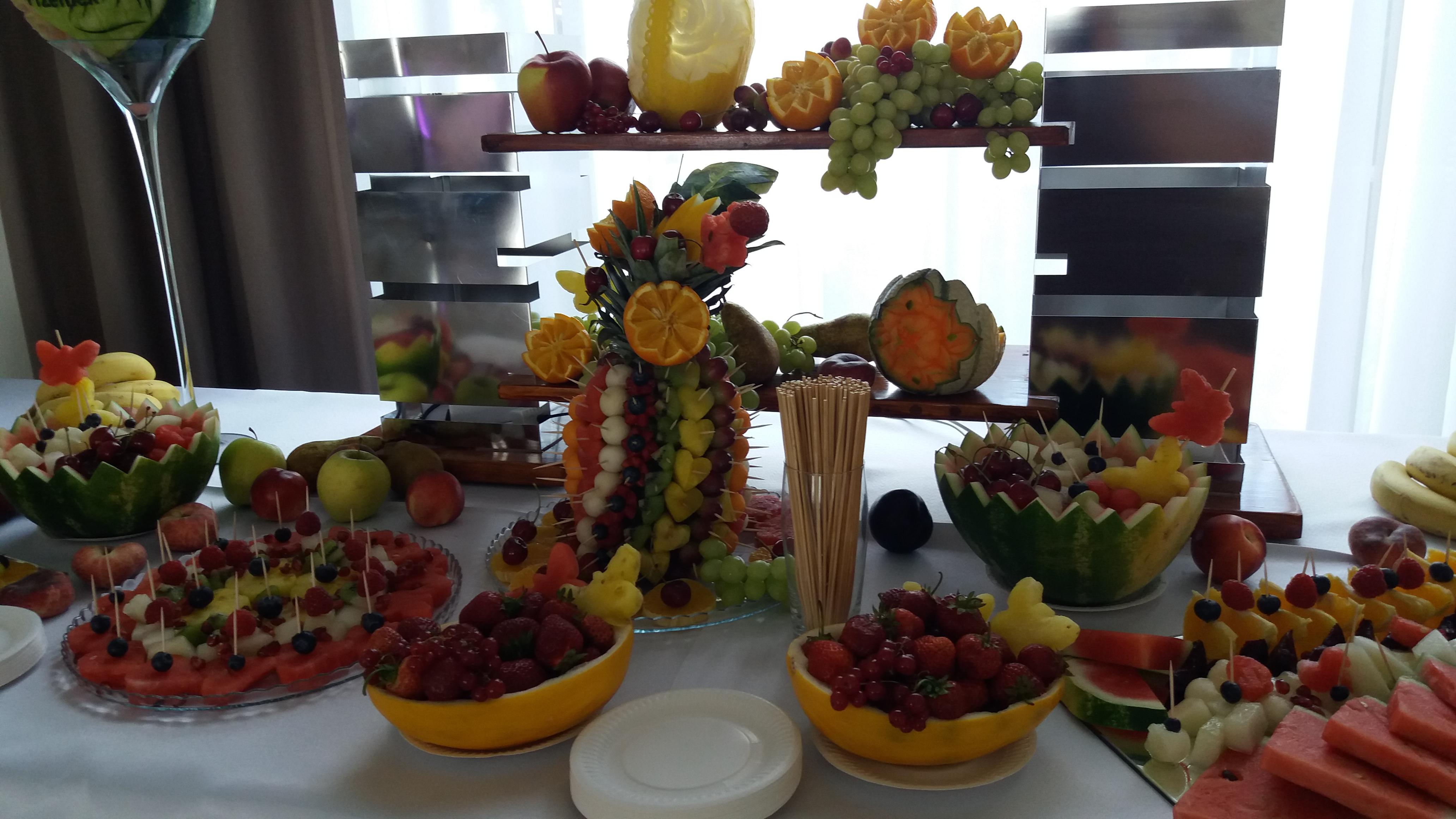 stół z owocami, dekoracje owocowe, owoce na wesele, fruit carving, fruits art, food art, bufet owocowy Zajazd Staropolski