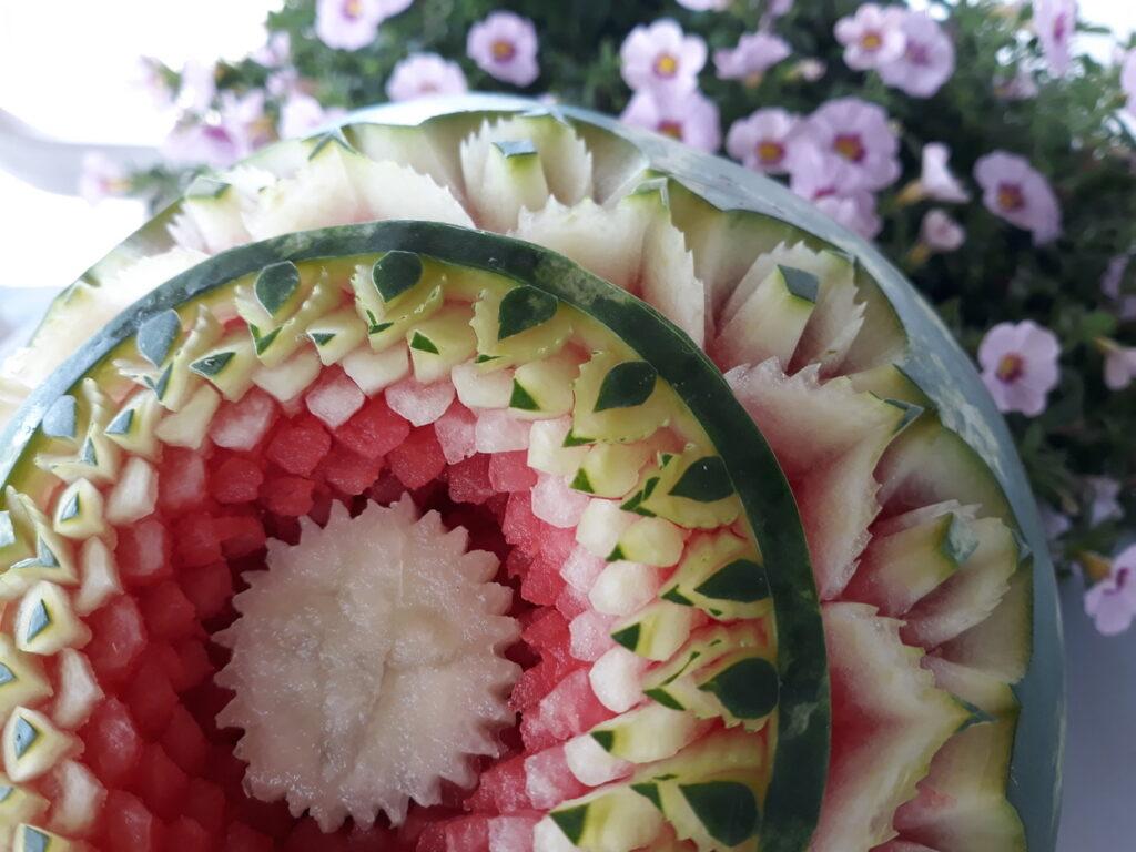 stół z owocami, rzeźbiony arbuz na komunię, fruit carving, bufet owocowy na komunię, food art, Zameczek w Emilianowie