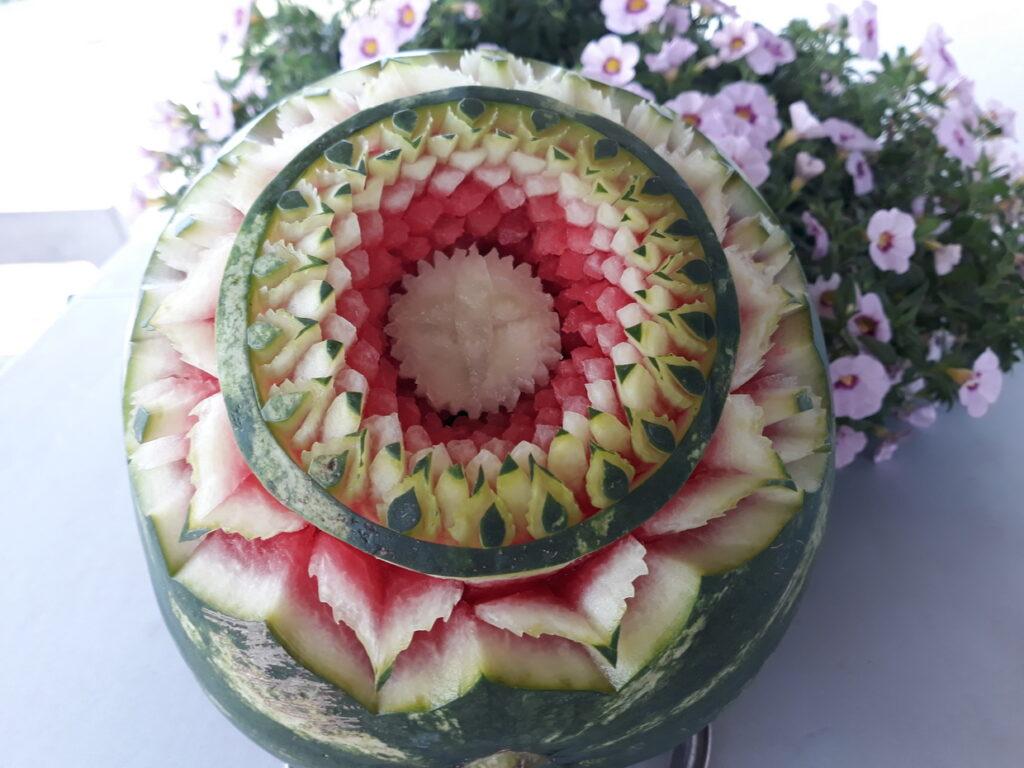 stół z owocami, rzeźbiony arbuz na komunię, fruit carving, dekoracje owocowe na komunię, food art, Zameczek w Emilianowie