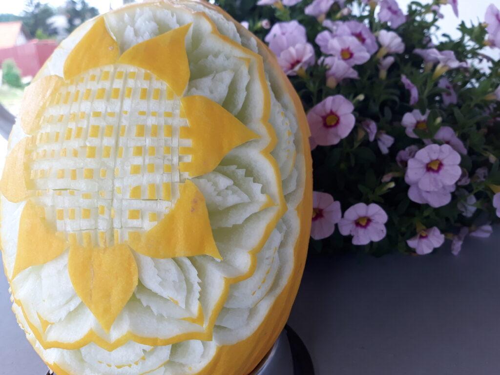 stół z owocami, rzeźbiony melon na komunię, fruit carving, bufet owocowy na komunię, food art, Zameczek w Emilianowie