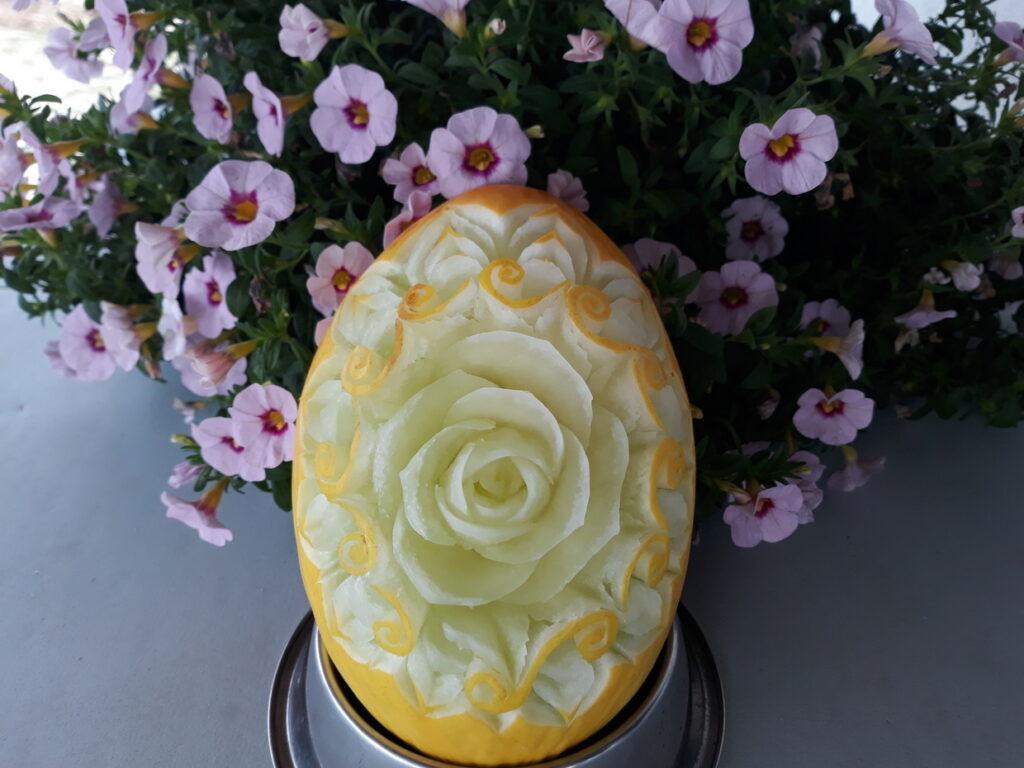 stół z owocami, rzeźbiony melon na komunię, fruit carving, dekoracje owocowe, food art, Zameczek w Emilianowie