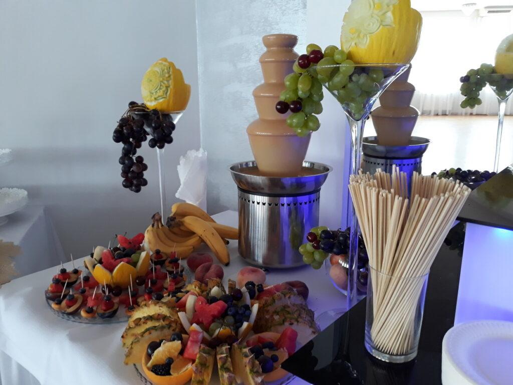 bufet owocowy, fruit carving, dekoracje owocowe Lisków, palma owocowa, fruit bar, stół z owocami, stół owocowy, rzeźbione owoce,