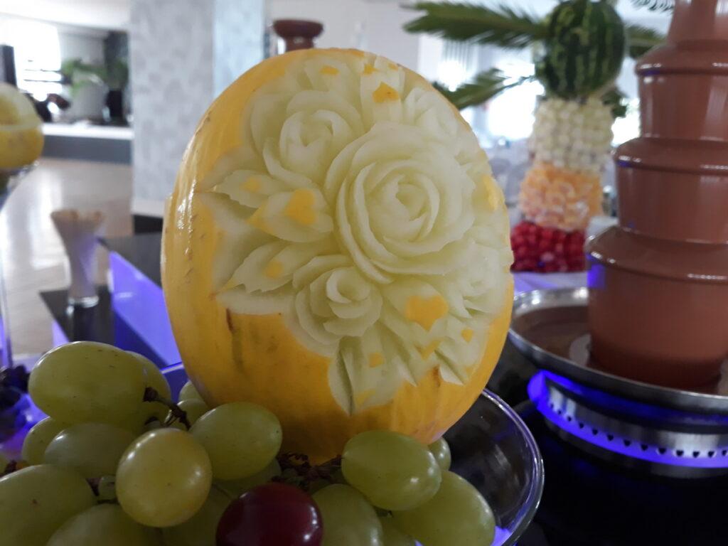 fruit carving, dekoracje owocowe Lisków, palma owocowa, fruit bar, stół z owocami, stół owocowy, bufet owocowy, rzeźbione owoce,