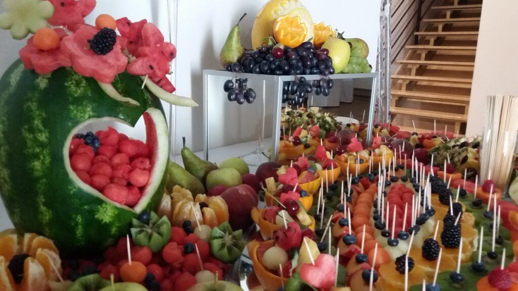 stół owocowy, dekoracje owocowe, fruit carving, fruit bar Zajazd Wielkopolski