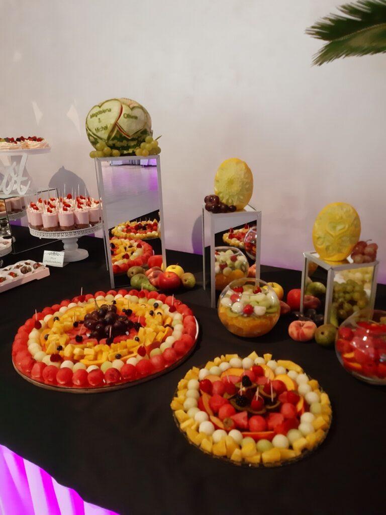 Stół owocowy, fruit carving Biały Dwór, dekoracje owocowe, fruit bar, bufet owocowy