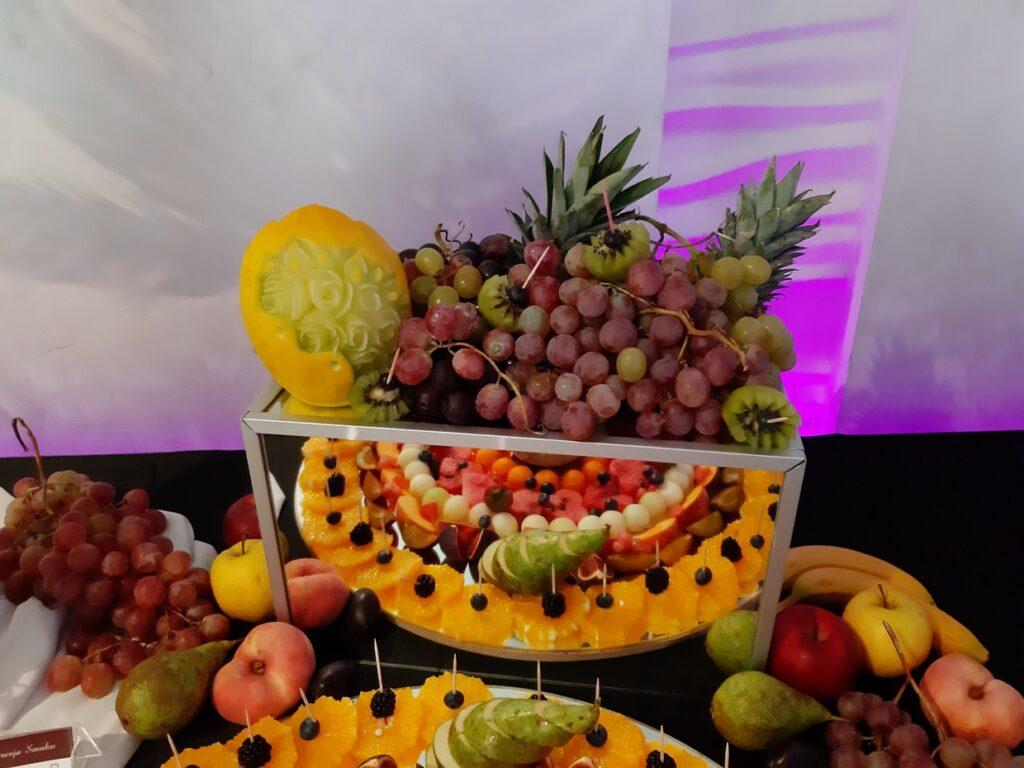 bufet owocowy, dekoracje owocowe,fruit bar, palma owocowa,Stół owocowy, fuit carving Biały Dwór,