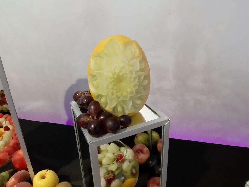 dekoracje owocowe,fruit bar, dekoracje owocowe,Stół owocowy, fuit carving Biały Dwór, bufet owocowy