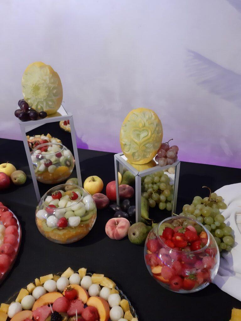 fruit bar, bufet owocowy, fruit carving Biały Dwór, palma owocowa, stół owocowy, dekoracje owocowe,