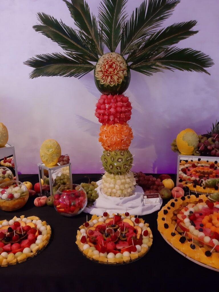 palma owocowa, stół owocowy, bufet owocowy, dekoracje owocowe,fruit bar, fruit carving Biały Dwór,