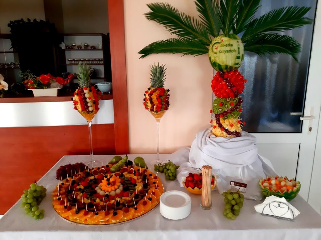 dekoracje owocowe, fruit carving koło, food art, owoce na 40stkę, atrakcje na 40stke, rzeźbiony arbuz