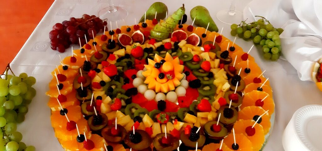 owoce na 40stkę, atrakcje na 40stke, dekoracje owocowe, fruit carving koło, food art, rzeźbiony arbuz