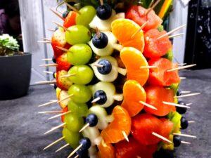 owoce zamiast słodyczy, dekoracje owocowe na 5 urodziny, owocowe urodzinki, ananas owocowy,