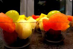 pucharki z owocami, owoce zamiast słodyczy, dekoracje owocowe na 5 urodziny, owocowe urodzinki,salaterki owocowe,