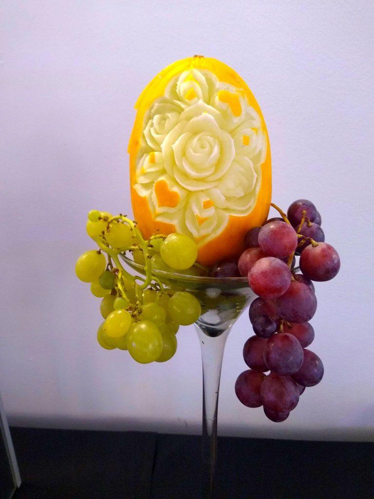 stół owocowy, fruit bar, fruit carving, dekoracje owocowe z motywem podróżniczym, palma owocowa, rzeźbione arbuzy, bufet owocowy, owocowy bar Łódź, Turek, Poznań, Włocławek, Płock