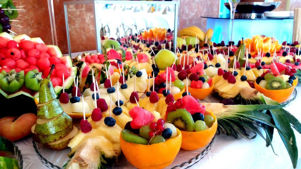 owoce na wesele, owocowy bar, fontanna z czekoladą