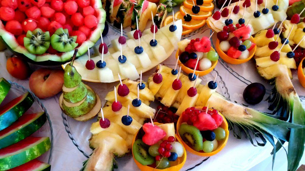 fruit bar, stół z owocami