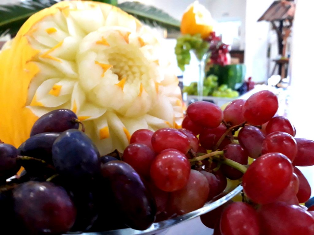 stół owocowy, palma z owoców, dekoracje owocowe, rzeźbione arbuzy, atrakcje na wesele, fontanna alkoholowa, candy-bar