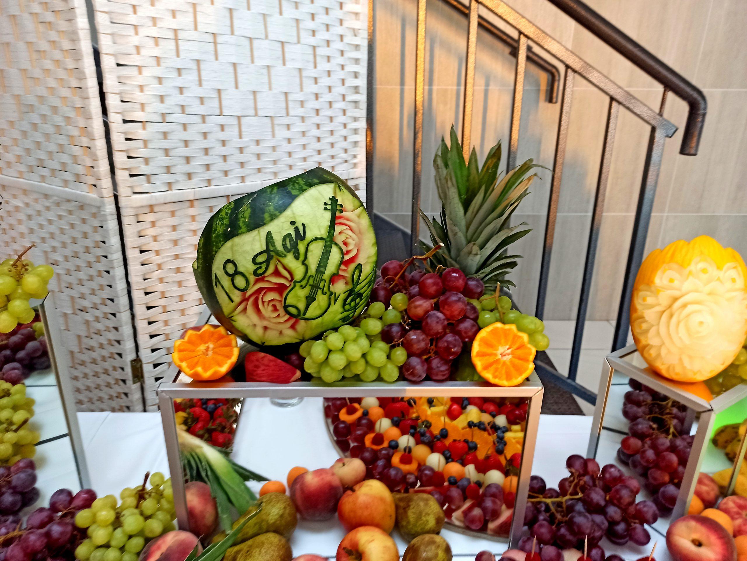 fontanna czekoladowa, stół owocowy, fruit carving, palma owocowa, atrakcje na 18stkę, dekoracje balonowe na 18stkę, bukiety balonowe na 18stkę, Koło, Konin, Łódź, Kalisz, Włocławek