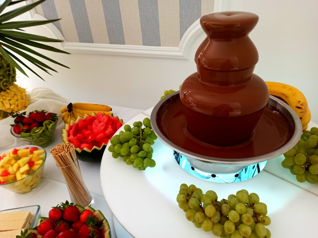 fontanna czekoladowa, palma owocowa, fontanna czekoladowa na komunię, fontanna czekoladowa na 18, atrakcje na wesele
