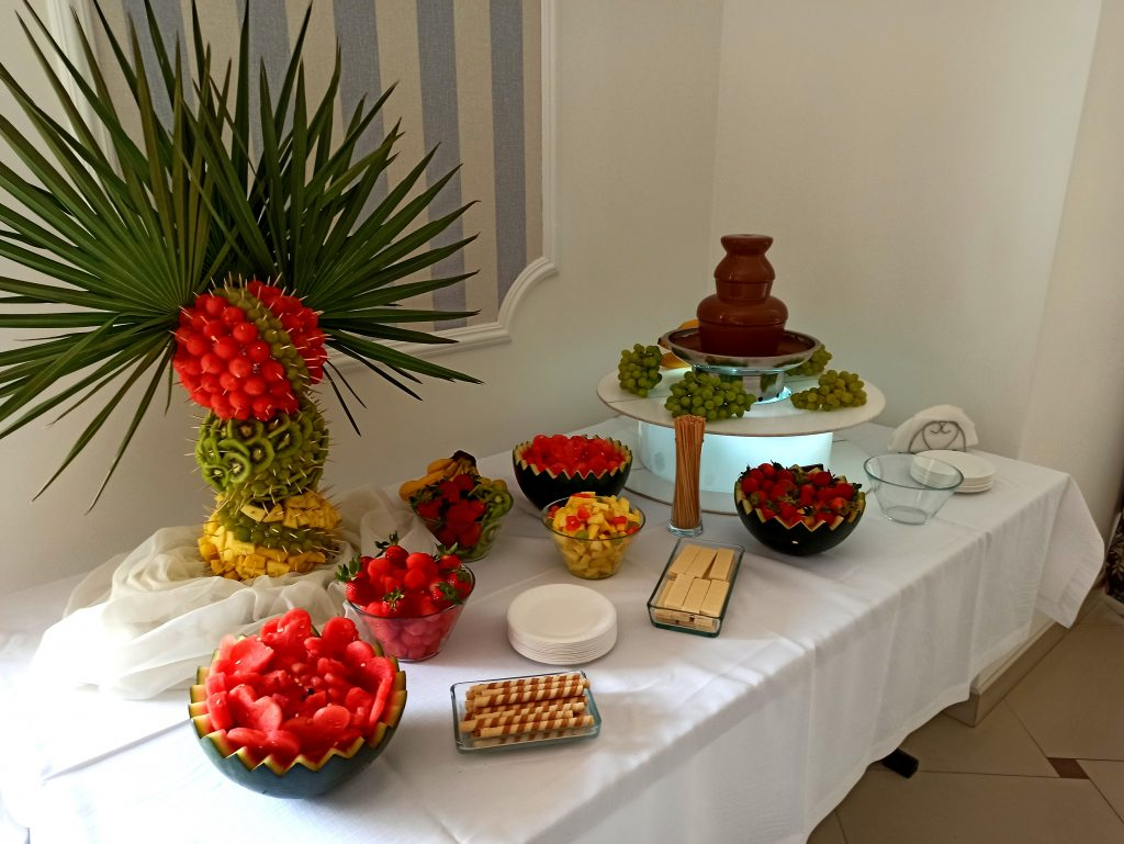 fontanna czekoladowa, palma owocowa, fontanna czekoladowa na komunię, fontanna czekoladowa na 18, atrakcje na wesele Rafallo, Płock