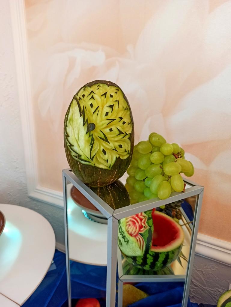 bufet owocowy na 18stkę, stół owocowy na 18stkę, fontanna czekoladowa na 18stkę, fontanna czekoladowa świnków, dekoracje owo