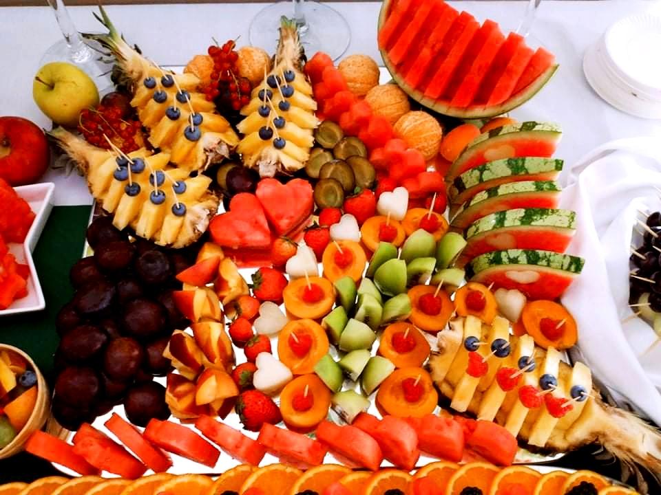 bufet owocowy na wesele, lustro z owocami Dębowa Russocice, owoce na wesele, stół owocowy na wesele, palma owocowa Russocice