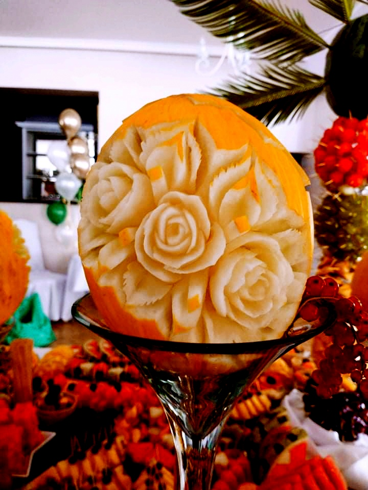 bufet owocowy na wesele, lustro z owocami Dębowa Russocice, rzeźbione owoce na wesele, stół owocowy na wesele, palma owocowa Russocice