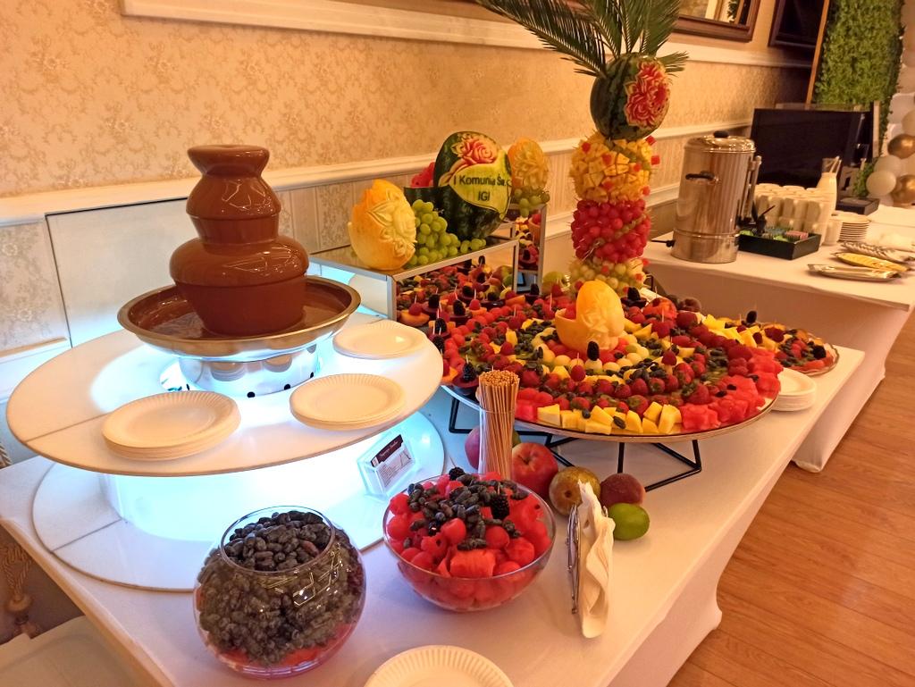 czekoladowa na Komunię, stół owocowy na komunię, rzeowoce na komunię, fontanna fruit carving na komunię, owocowy bar na komunię,