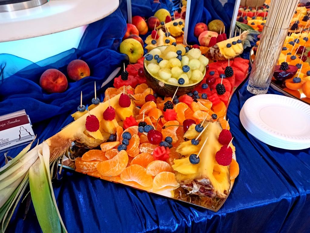 dekoracje owocowe na 18stkę, bufet owocowy na 18stkę, stół owocowy na 18stkę, fontanna czekoladowa na 18stkę, fontanna czekol