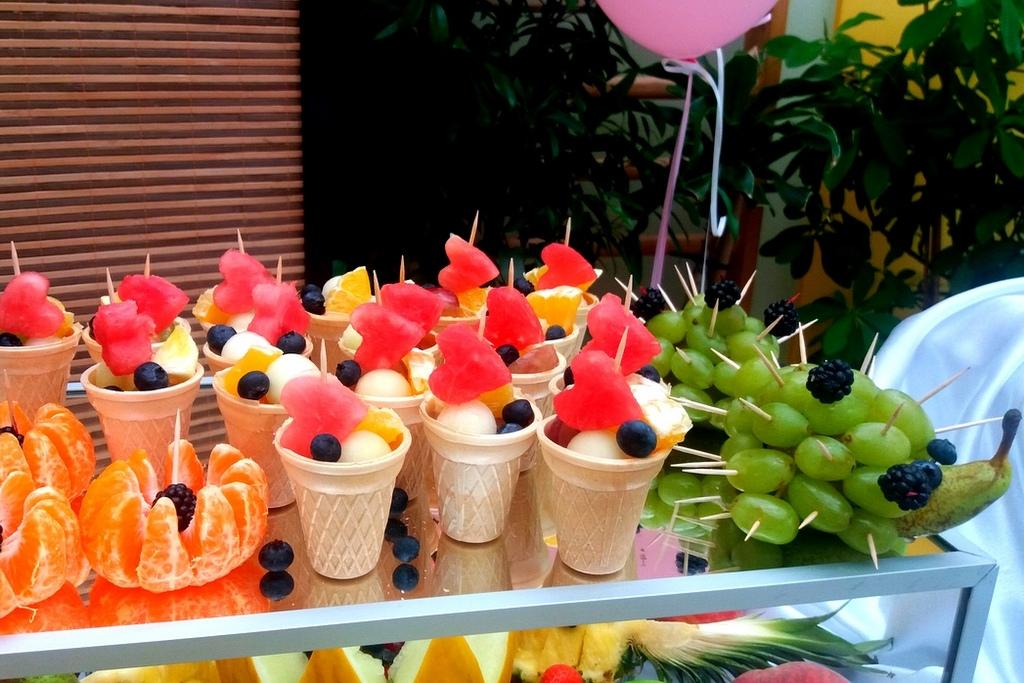 dekoracje owocowe na komunie, fruit carving, stół owocowy na komunię Września, owoce w wafelku-001