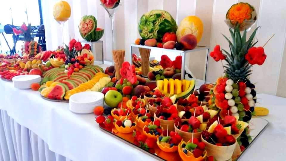 dekoracje owocowe na wesele, owocowy bar na wesele, stół owocowy Almarco Środa Wielkopolska, fruit carving na wesele, rzeźbione owoce