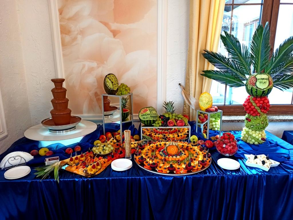 fontanna czekoladowa na 18stkę, fontanna czekoladowa świnków, stół owocowy na 18stkę, bufet owocowy na 18stkę, dekoracje owo