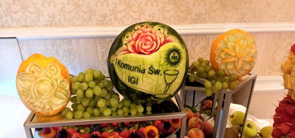 fontanna czekoladowa na Komunię, stół owocowy na komunię, fruit carving na komunię, owocowy bar na komunię, owoce na komunię
