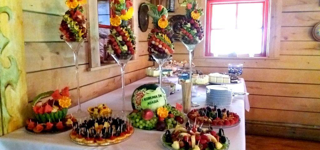 owoce na komunię, ananasy owocowe, dekoracje owocowe na komunię, stół owocowy na Komunię, patera owocowa na komunię, taca z owocami na komunię
