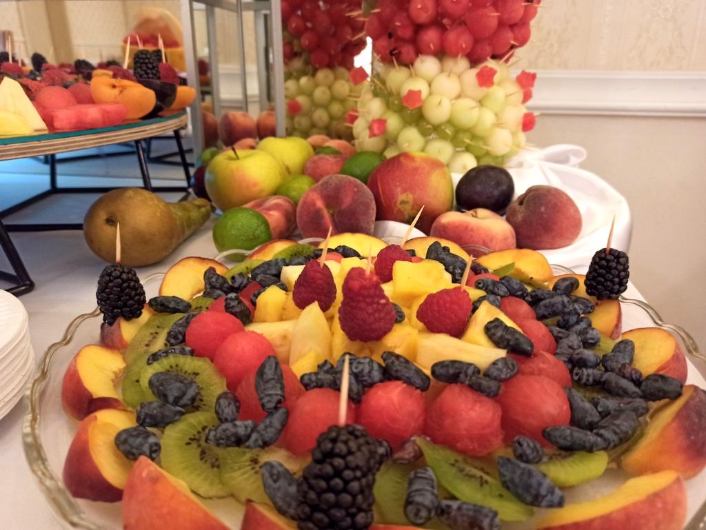 owoce na komunię, fontanna czekoladowa na Komunię, stół owocowy na komunię, fruit carving na komunię, owocowy bar na komunię,