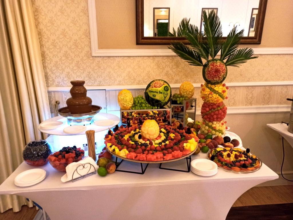 owocowy bar na komunię, czekoladowa na Komunię, stół owocowy na komunię, rzeowoce na komunię, fontanna fruit carving na komunię,