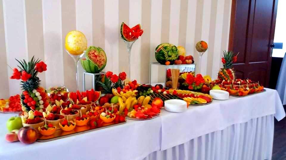 owocowy bar na wesele, stół owocowy Almarco Środa Wielkopolska, fruit carving na wesele, dekoracje owocowe na wesele, rzeźbione owoce