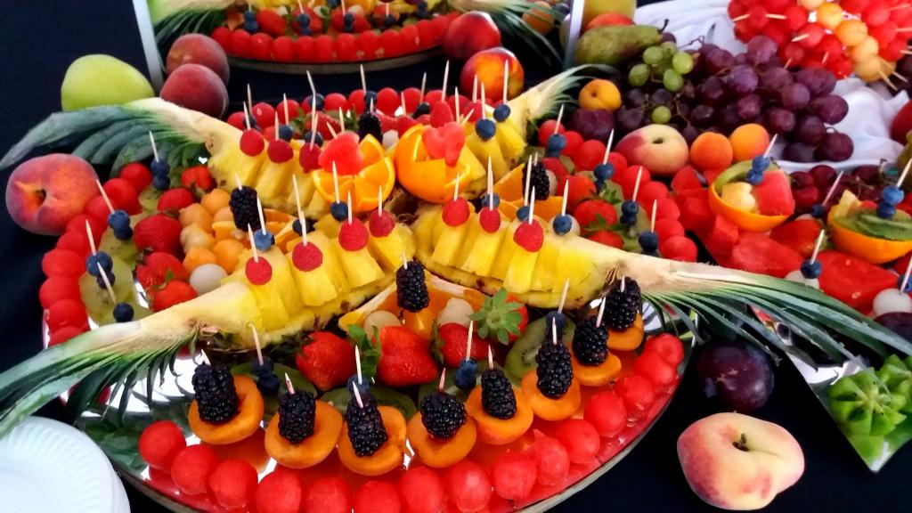 owocowy bar, stół owocowy, fruit carving, dekoracje owocowe, fruits bar