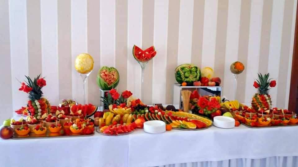 rzeźbione owoce, dekoracje owocowe na wesele, owocowy bar na wesele, stół owocowy Almarco Środa Wielkopolska, fruit carving na wesele,