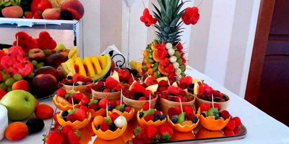 rzeźbione owoce, dekoracje owocowe na wesele, salaterki owocowe, owocowy bar na wesele, stół owocowy Almarco Środa Wielkopolska, fruit carving na wesele,