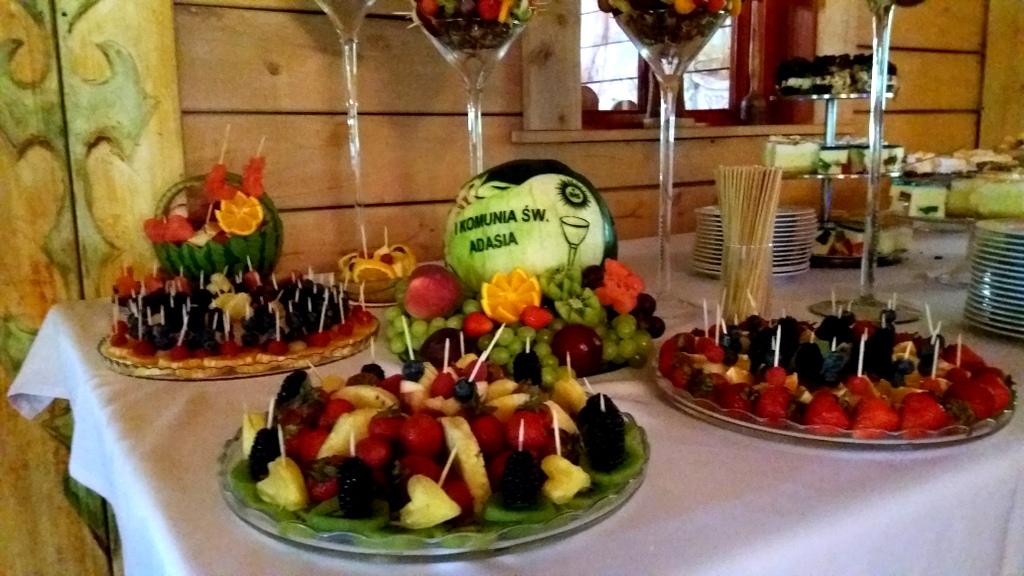 rzeźbiony arbuz na komunię, owoce na komunię, ananasy owocowe, dekoracje owocowe na komunię, stół owocowy na Komunię, taca z owocami na komunię