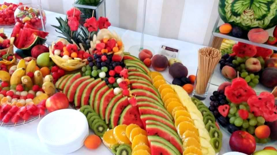 stół owocowy Almarco Środa Wielkopolska, fruit carving na wesele, owocowy bar na wesele, dekoracje owocowe na wesele, rzeźbione owoce