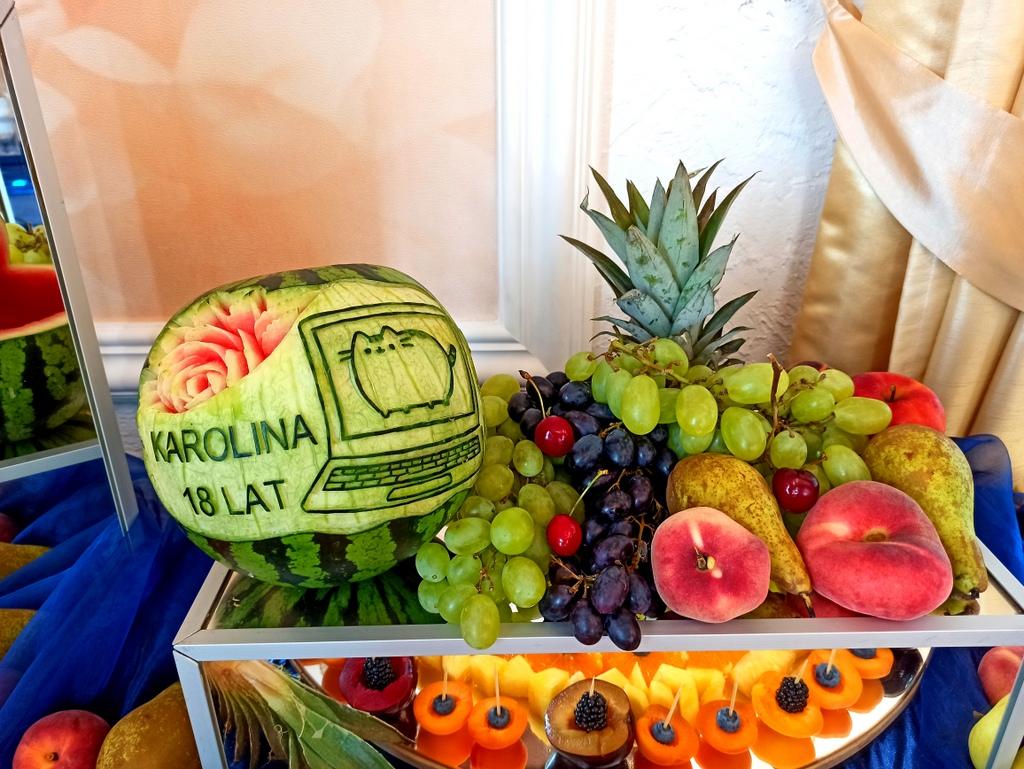 stół owocowy na 18stkę, fontanna czekoladowa na 18stkę, fontanna czekoladowa świnków, bufet owocowy na 18stkę, dekoracje owo